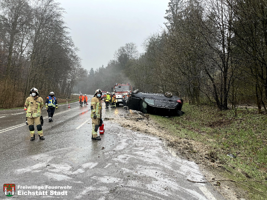 Verkehrsunfall schwer - Person eingeklemmt
